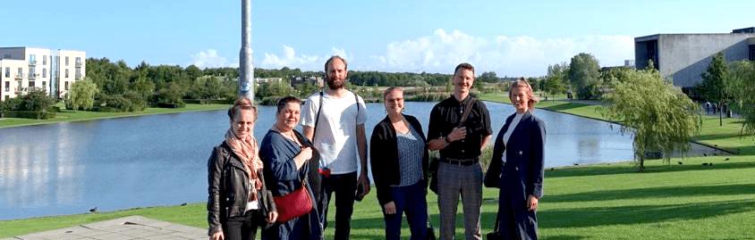 Projektiryhmä kuvassa aurinkoisella University College Absalonin kampuksella Roskildessä